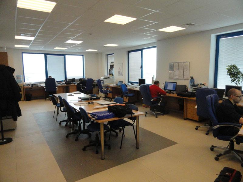 Просторен офис с обособени работни станции и конферентна зона.